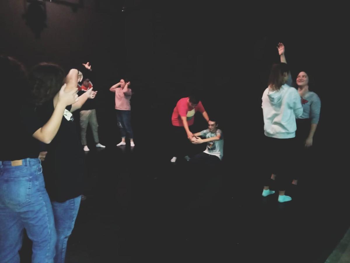 Τμήματα παιδιών και εφήβων στο θεατρικό εργαστήρι. Πρόγραμμα